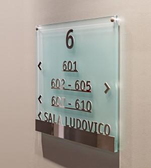 Línea de señalización en cristal grabado, con letras en relieve