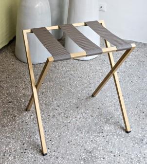 Reposamaletas con contornos metálicos cuadrados y correas de cuero