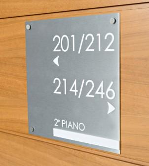 Línea de señalización de latón o aluminio satinado grabado y detalles en relieve