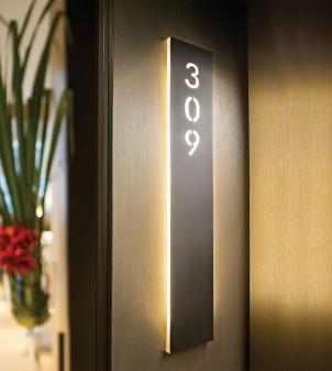 Línea de señalización de metal o plexiglas con caracteres estarcidos y tecnología LED