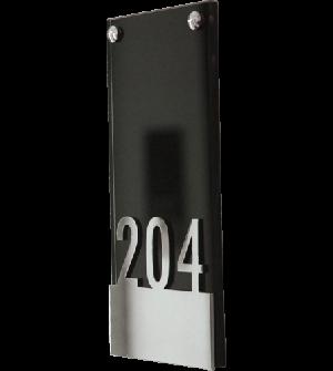 Línea de señalización en cristal negro, con letras en relieve.