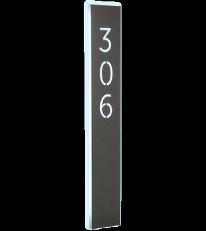 Línea de señalización de metal o plexiglas con caracteres estarcidos y tecnología LED.