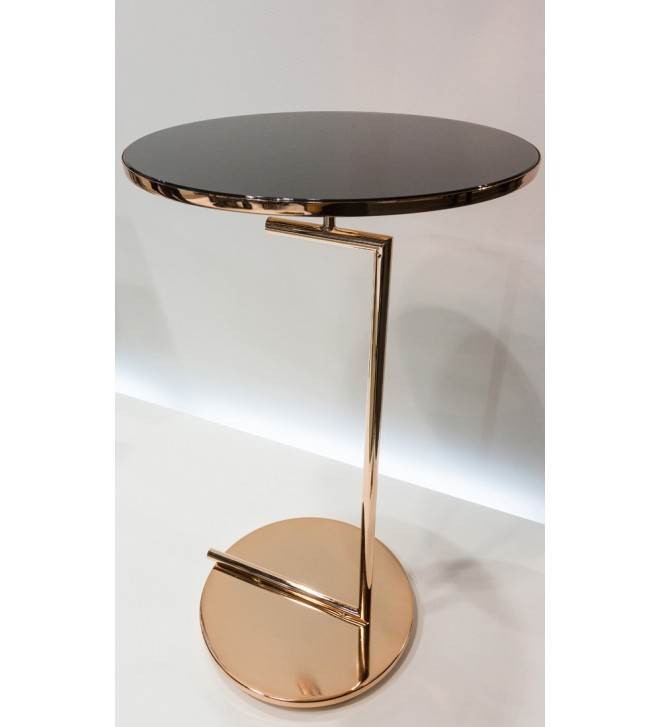 Mesa pequeña de metal