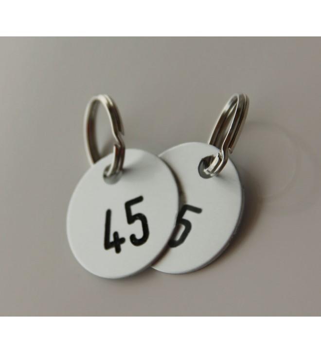 Etiquetas numeradas para el guardarropa.