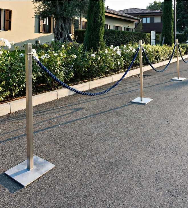 Poste para cordón de seguridad con soporte para exposición de información