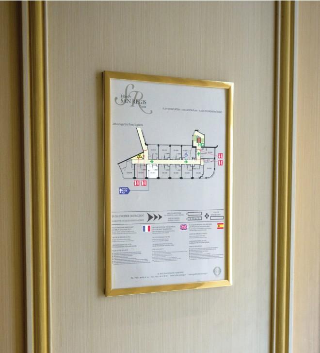 Marcos para lista de precios de las habitaciones y normas de seguridad contra incendios.