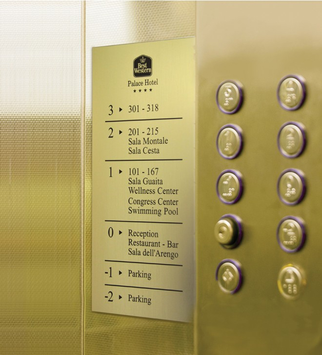 Línea de señalización para información de seguridad de conformidad con la normativa legal, de aluminio anodizado