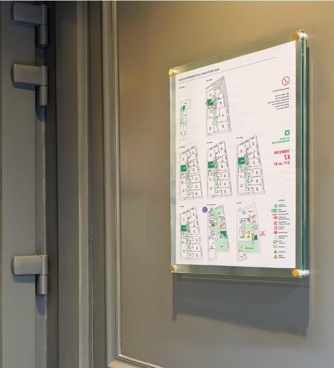 Línea de señalización para información de seguridad de conformidad con la normativa legal, de cristal