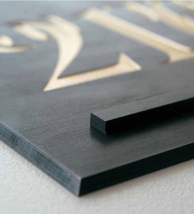 Línea de señalización en latón anticado oscuro, con letras grabadas